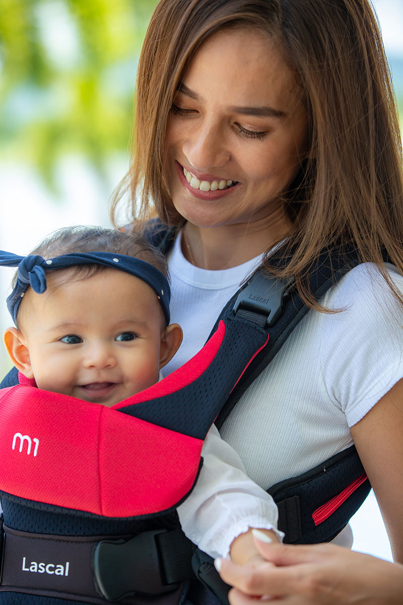 m1 Carrier mum with kid front facing upper body 02